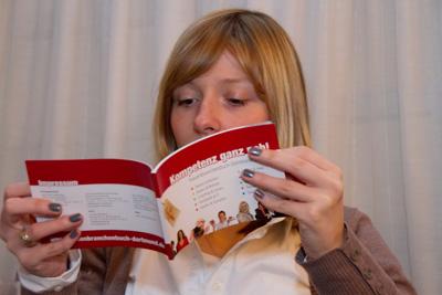 Interessierte Blicke ins Frauenbranchenbuch Dortmund. Foto: Gabriele Protze